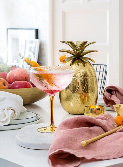 Drink z prosecco, shaker w kształcie ananasa