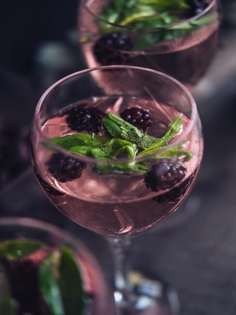 Drink z jeżynami i bazylią