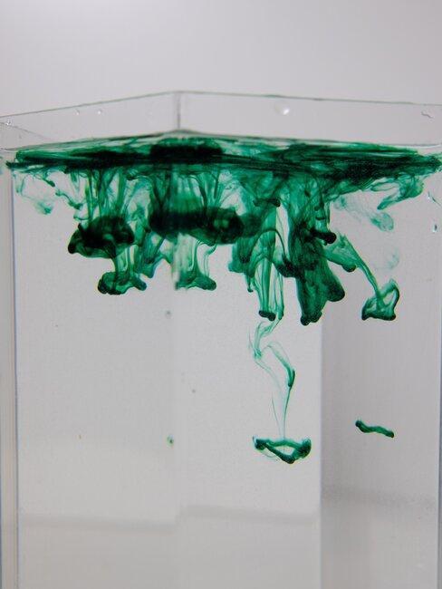 Zielona farba w wodzie