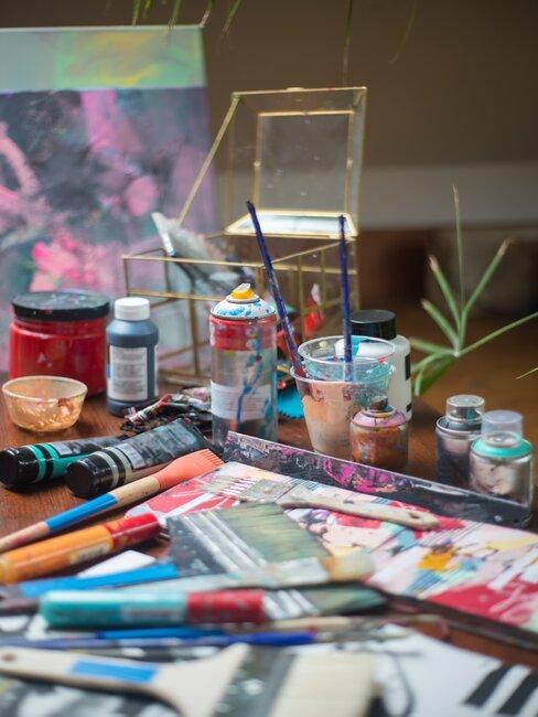 Farby, gazety i pędzle do malowania