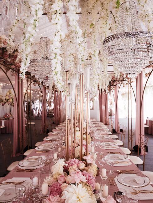 Sala weselna w biało-różowych dekoracjach