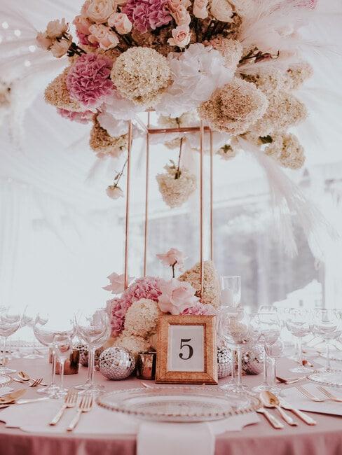 Biało-różowa dekoracja stołu weselnego