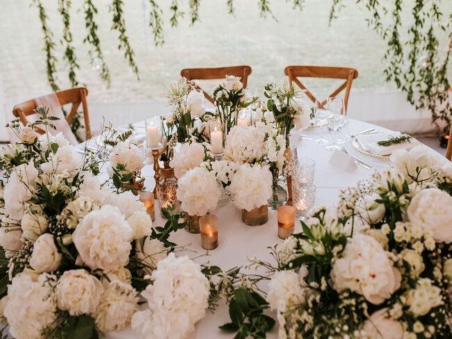 Udekorowany jasnymi kwiatami weselny stół