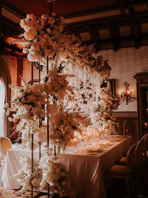 Dekoracje kwiatowe w sali weselnej