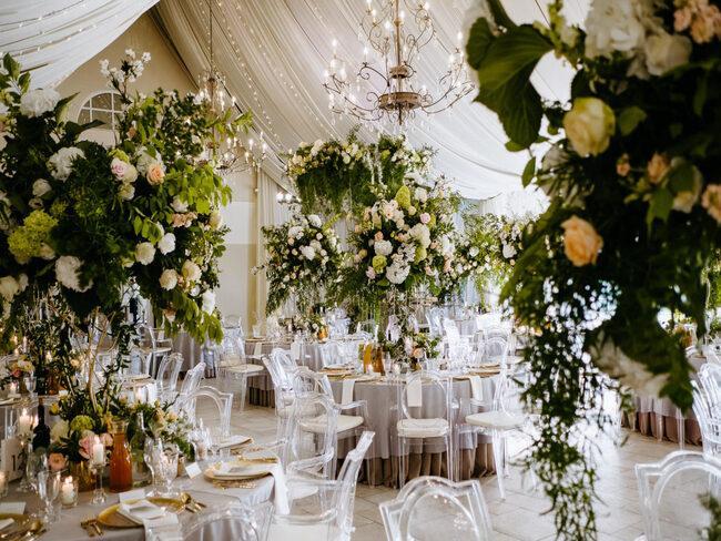 Dekoracje kwiatowe nad stołami weselnymi