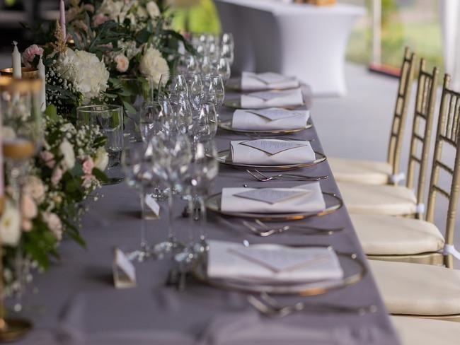 Zbliżenie na nakrycie stołu weselnego