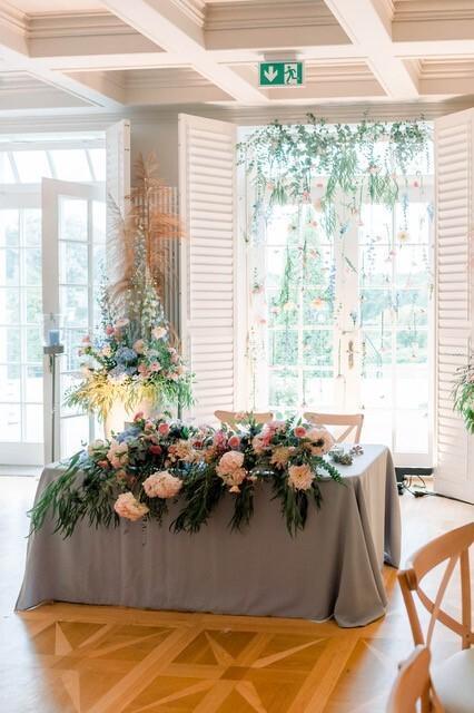 Stół młodej pary udekorowany kwiatami