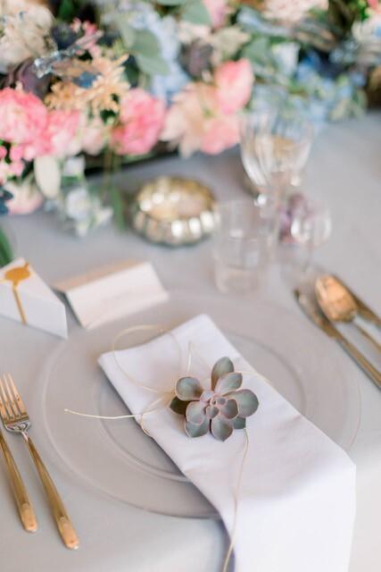 Nakrycie dla gościa na stole weselnym