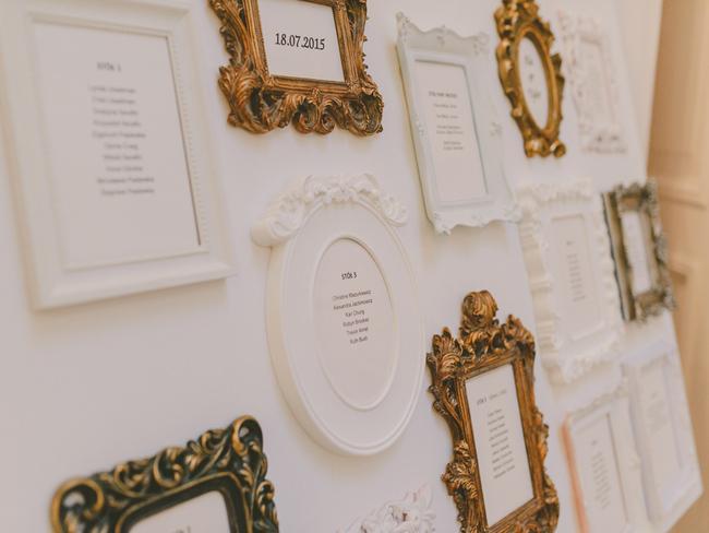 Ramki na ścianie jako weselna dekoracja
