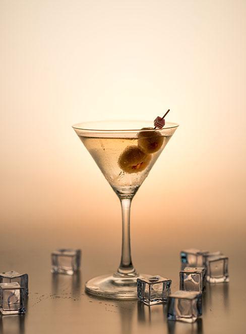 Zbliżenie na drink vodka martini w kieliszku z oliwkami