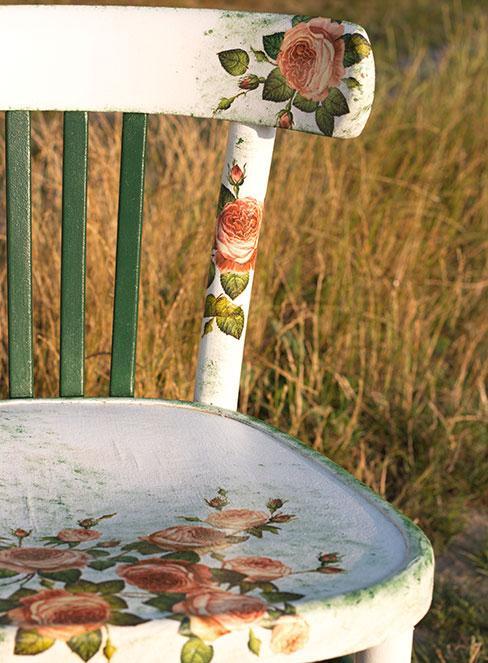 postarone białe krzesło udekorowane różami techniką decoupage