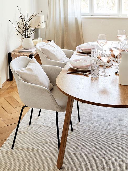jasna jadalnia w stylu skandynawskim różową zastawą stołową i kieliszkami z białym winem