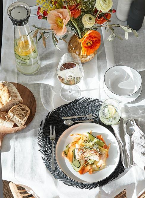 danie z łososiem na elegancki stole z białym winem