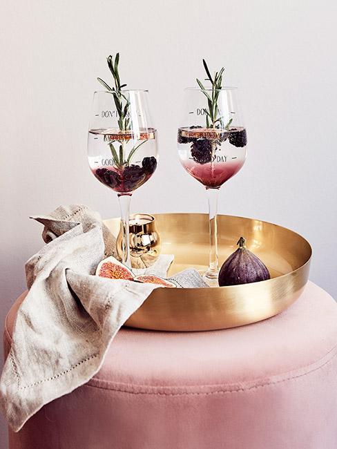pięknie podane drinki z ginem i jeżynami na złotej tacy