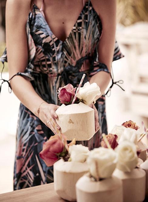 drinki w bambusowych kubkach z różami