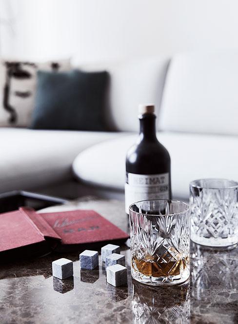Szklanki z whisky i kostki to schłodzenia na stole