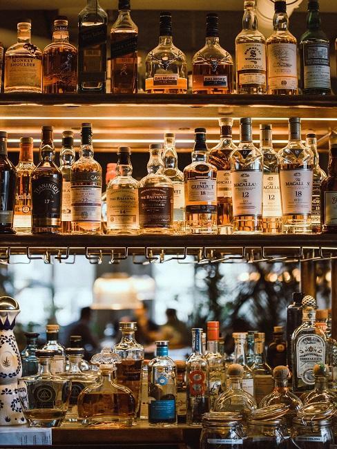 Półki na barze z alkoholem