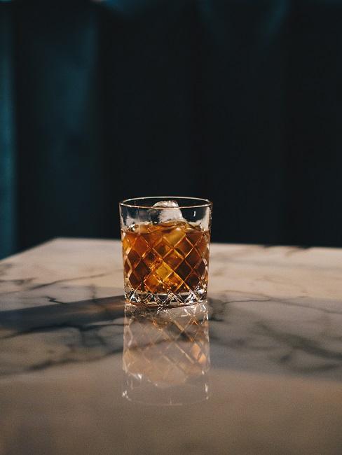 Whisky z lodem na stole marmurowym