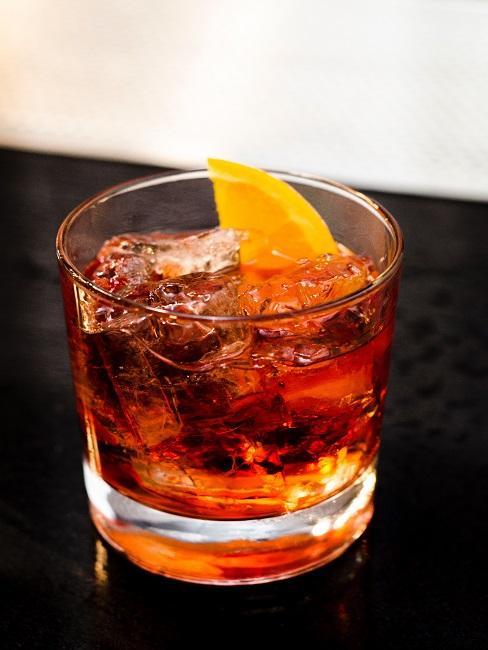 Szklanka whisky z lodem i kawałkiem pomarańczy