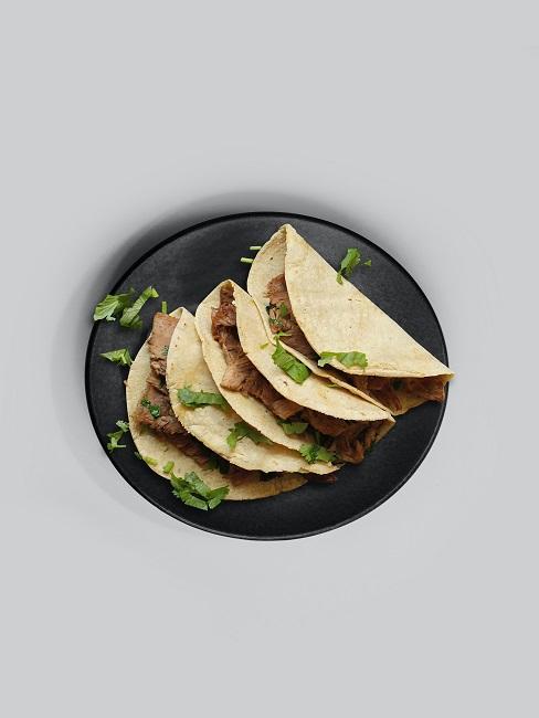 Meksykańskie danie na ciemnym talerzu