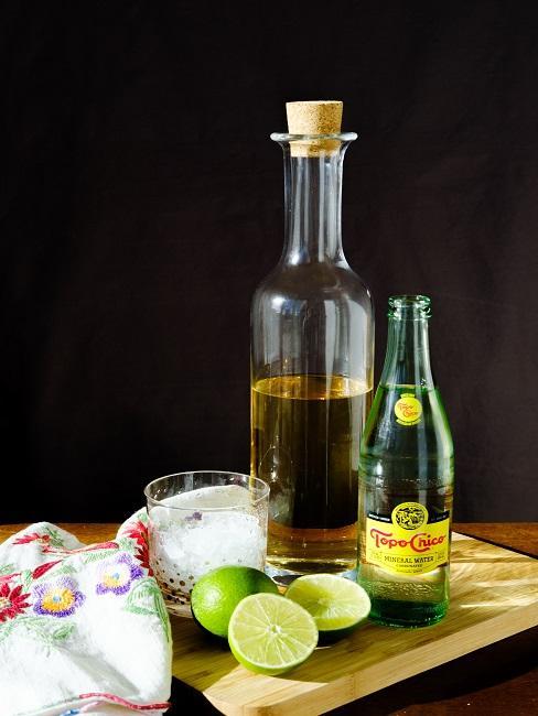 Tequila na desce drewnianej z limonką