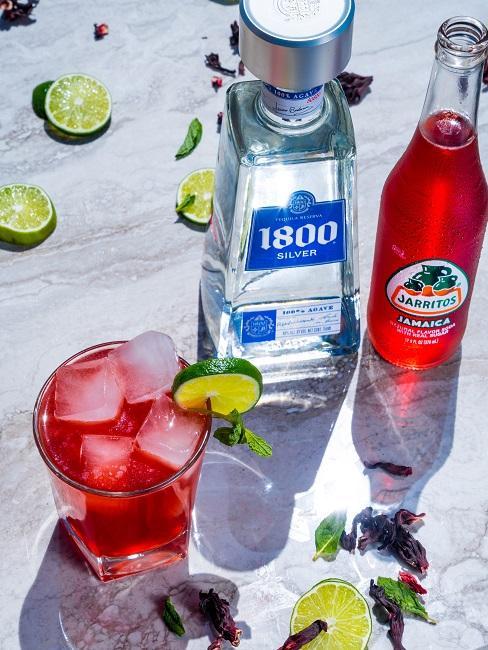 Jak pić tequilę: tequila z czerwonym napojem i drinkiem na stole