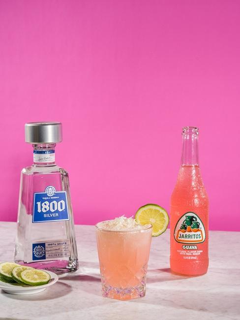 Jak pić tequilę: na stole tequila z limonką i oranżadą