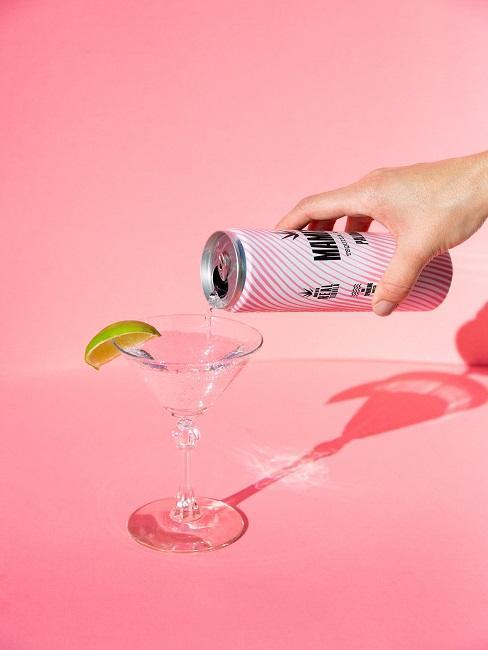 Jak pić tequilę: kieliszek z limonką na różowym tle