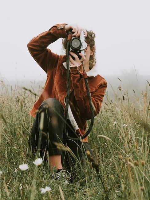 Kobieta fotografująca pole