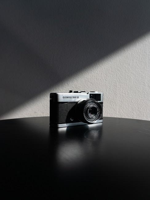Aparat analogowy to fotografii artystycznej na stole