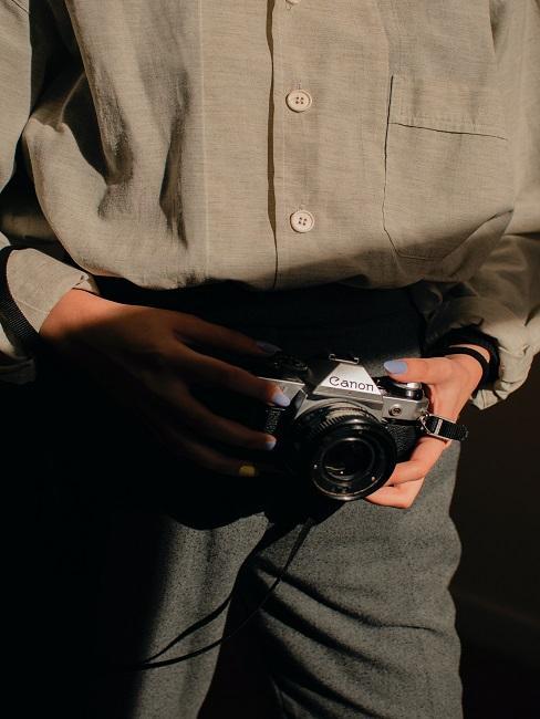 Postać w koszuli trzymająca aparat