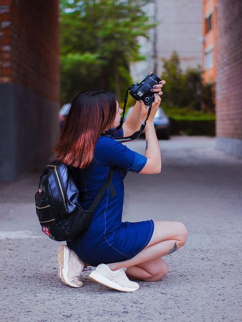 Fotografia artystyczna: kobieta robiąca zdjęcie na chodniku