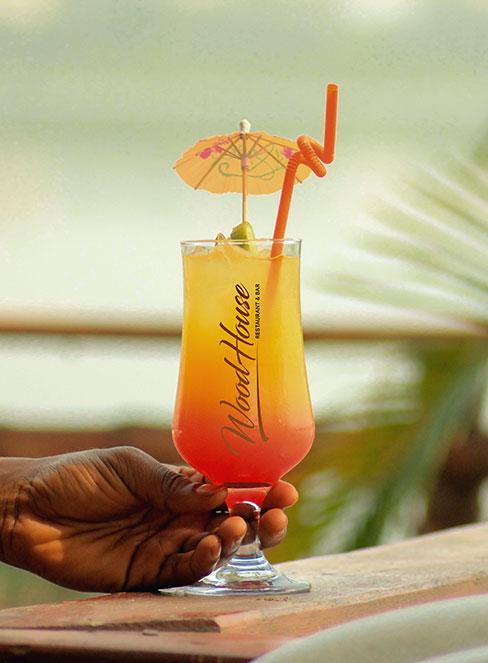 żółtoczerwony drink tequila sunrise na tle zachodu słońca