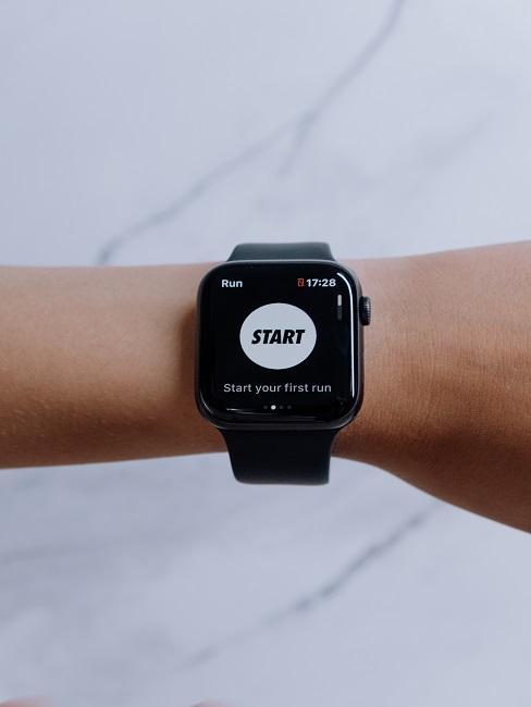 Co daje bieganie: pulsometr na ręku kobiety