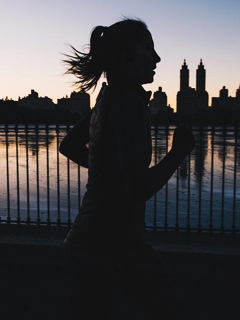Kobieta biegnąca obok wody