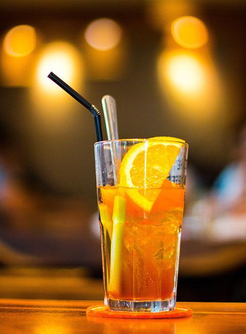 Drink Long island Iced Tea w szklance z cytryną