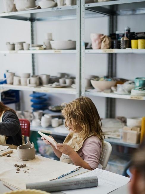Garncarstwo: dziewczynka będąca na kursie garncarstwa