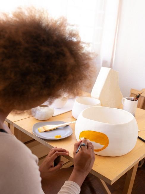 Kobieta malująca miskę
