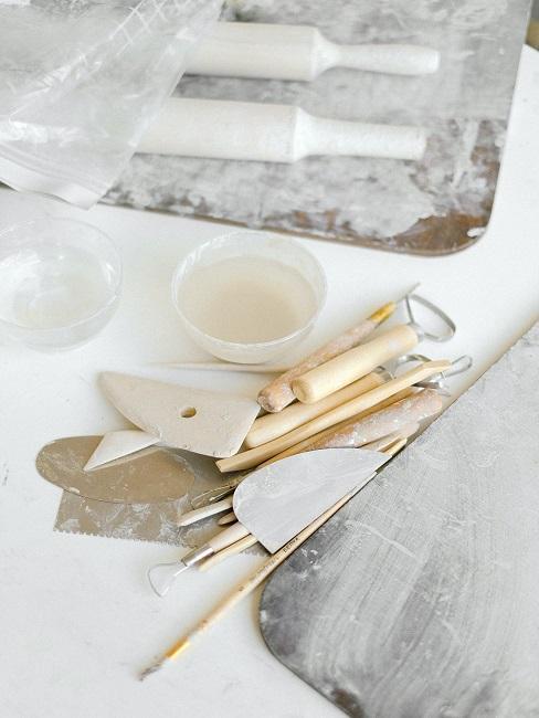 Narzędzia do garncarstwa na stole