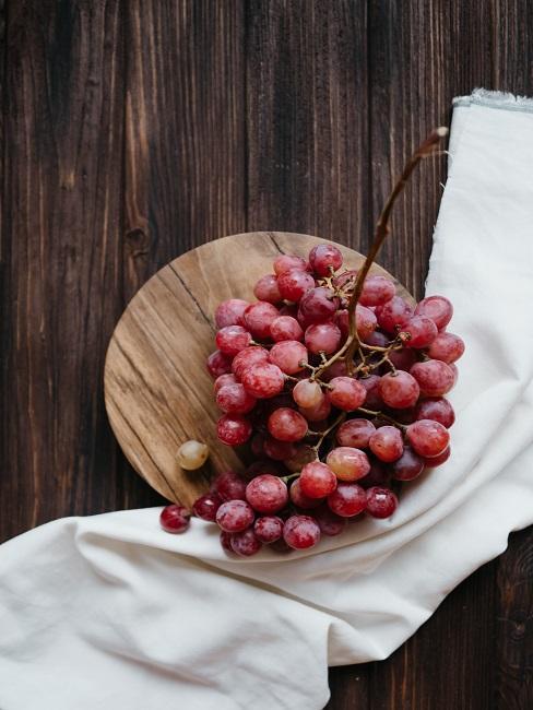 Winogrona na drewnianej desce