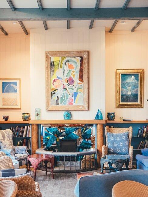 Ściana ozdobiona abstrakcyjnym obrazem
