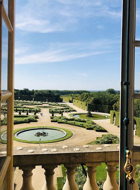 widok na ogród francuski z okien wersalu