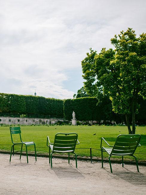 metalowe meble w ogrodzie francuskim w paryżu