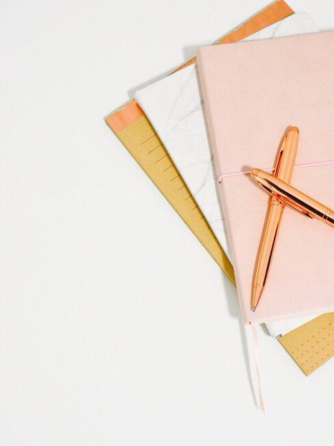 Zeszyty do pisania z długopisami