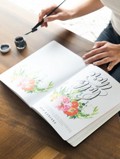 Kobieta kaligrafuje w zeszycie