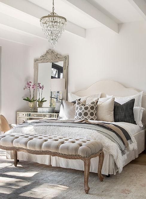 Jasna beżowa sypialnia z emblami i dekoracjami w stylu prowansalskim