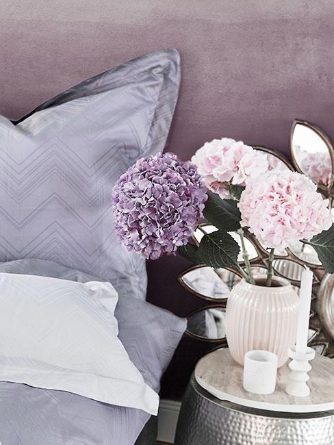 hortensja w wazonie w fioletowej sypialni