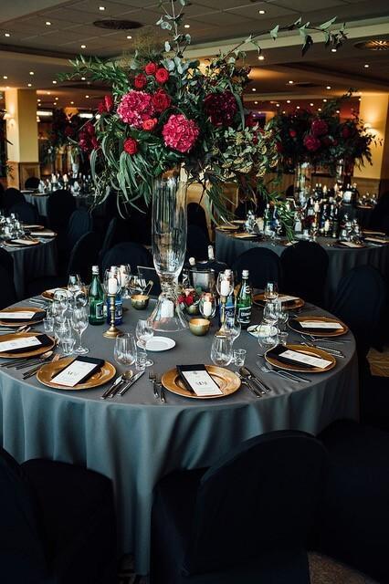 Okrągły, nakryty stół wesleny z ciemnym obrusem
