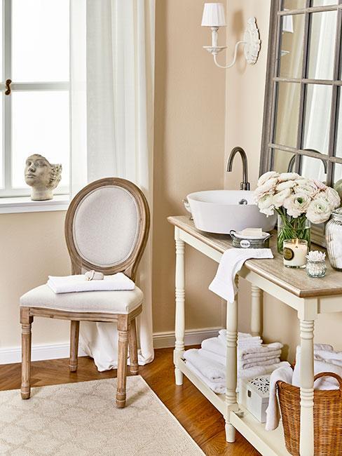 Kącik z toaletką w sypialni z beżowymi meblami w stylu prowansalskim