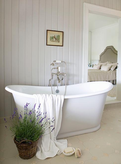 wolnostojąca biała wanna w łazience w stylu prowansalskim